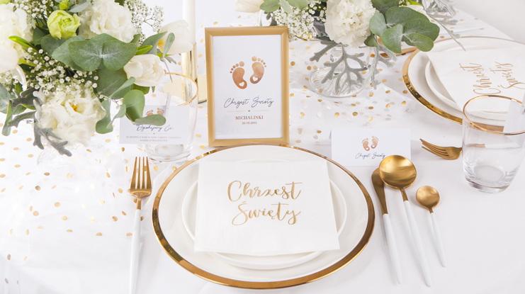 złote dekoracje stołu na Chrzest Święty ze stópkami