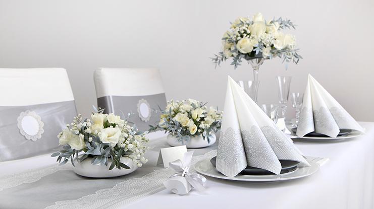 srebrna dekoracja stołu komunijnego